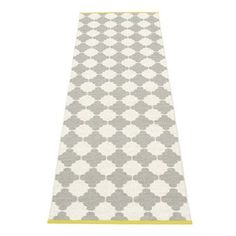 The stylish Marre rug in warm grey-vanilla comes from the Swedish brand Pappelina and is a woven plastic rug made in Sweden. The rug has a trendy pattern inspired by the orient and has mustard colored edges as a cool detail. The rug is also reversible which gives it two different looks. Give your kitchen or hallway a new style with this rug and combine it with other fine products from Pappelina!