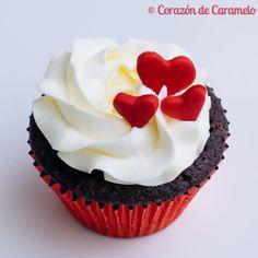 Cupcake de chocolate con corazón de frambuesa y buttercream de merengue suizo www.corazondecaramelo.es