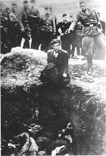 El último judío en Vinnytsia, 1941  Esta fotografía fue facilitada por un soldado del Einsatzgruppen, que la guardaba en un álbum personal, bajo el título El último Judío de Vinnytsia. Muestra a un militar perteneciente a los Einsatzgruppen -grupo militar que se dedicaba a aniquilar a judíos, egipcios y soviéticos- apuntando a la cabeza de un judío, arrodillado frente a un agujero en el que sobre-salen una pila de cuerpos de sus compatriotas.