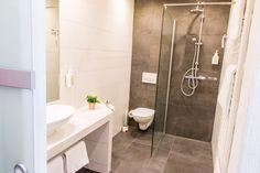 Die Bäder sind ausgestattet mit: Dusche/WC, Haartrockner, Kosmetikspiegel, Wohlfühl-Accessoires wie Shampoo, Seife, Kosmetiktücher Alcove, Toilet, Bathtub, Perfectly Posh, Bathroom, Victoria Secret, Bath, Bathroom Updates, Shower Gel