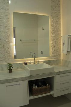 Baños de estilo minimalista por canatelli arquitetura e design Hotel Interiors, Powder Room, Double Vanity, Building A House, Mirror, House Styles, Furniture, Home Decor, Design Minimalista