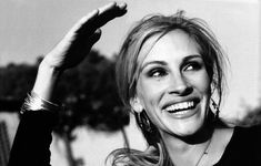Julia Roberts - love candid shot, laughing, caught of guard, not looking directly at camera Julia Roberts Height, Pretty People, Beautiful People, Beautiful Smile, Beautiful Women, Hands In The Air, Black And White Portraits, Height And Weight, Famous Faces