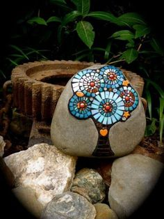 Easy Paint Rock For Try at Home (Stone Art & Rock Painting Ideas) Mosaic Crafts, Mosaic Projects, Mosaic Art, Mosaic Glass, Glass Art, Stained Glass, Art Projects, Mosaic Ideas, Rock Painting Ideas Easy