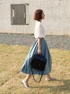 ふわっと広がるシルエットと淡いブルーが美しいロングプリーツスカート。ホワイトのブラウスと合わせて、上品でフェミニンなコーディネートです。