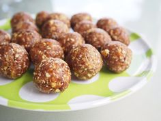 Date and apple Bliss balls a favourite alternative when I am craving something sweet, they make perfect little energy packed snacks for the kids lunchbox. Healthy School Snacks, Healthy Eating Recipes, Vegan Snacks, Cooking Recipes, Eat Healthy, Good Food, Yummy Food, Fun Food, Cool Lunch Boxes
