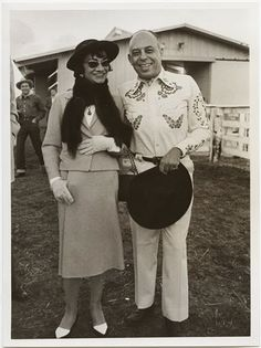"September 7, 1957, Dallas. Coco Chanel and Stanley Marcus during the party held in honor of the designer. ""She was very fascinated by the idea of Texas , so they made ​​a barbecue in her honor, "" said Ken Downing , director of Fashion Neiman Marcus . ""History tells that she actually liked the taste of barbecue, and threw his plate below the table, pulling its contents on red satin shoes ."