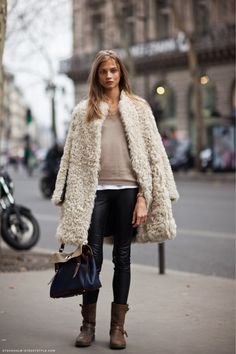 Anna Selezneva in the amazing shearing and leather paneled Sandro coat. Love this, it looks so dressed down and rugged, and the leather. Fashion Week, Look Fashion, Fashion Trends, Net Fashion, Street Fashion, Fashion Coat, Fashion Bloggers, Paris Fashion, Runway Fashion