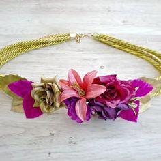 Dorado, fucsia, morado y rosa..esta combinación te conquistará #cinturonjoya #moda #lookinvitada #flores
