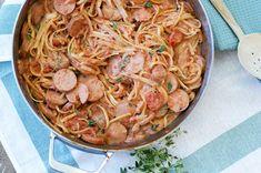 Pølsegryte i én kasserolle - one pot middag! One Pot Spaghetti, Spaghetti Casserole, Tomato Sauce, Forslag, Bacon, Pasta, Ethnic Recipes, Drinks, Food
