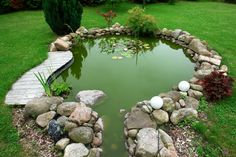 Идеальный искусственный водоем, который вписывается в общую картину ландшафтного дизайна.