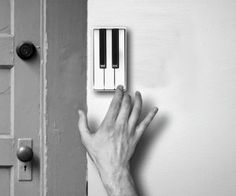 Although the tone of the doorbell is not as monotonous as before, it is still different from piano. However, China's designer Li Jianye gives us a piano doorbell. This product has several piano keys which allow the guest to play what ever tone he likes. Cool Ideas, Creative Ideas, Touches De Piano, Deco Design, Cool Stuff, Apartment Therapy, My Dream Home, Future House, Sweet Home