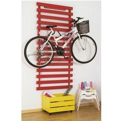 Para guardar a bike, que tal esta ideia? Pendurada na parede ela não atrapalha a circulação e ainda faz parte da decoração! O Pallet colorido protege a parede da sujeira das rodas e ainda dá um charminho a mais.