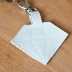 A diamond for your keys! Try these step-by-step tutorial to make this unique key chain. (German)