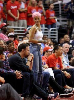 Novamente! Rihanna assite jogo de basquetebol sem sutiã e de peruca rosa http://angorussia.com/?p=18410