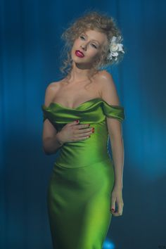 """Christina Aguilera was in this green gown when singing the song """"Bound to You"""" in Burlesque movie. The young singer looked Stunning wearing this green silk like satin dress ! Aaliyah, Christina Aguilera Burlesque, Rihanna, Burlesque Movie, Burlesque Makeup, Burlesque Costumes, Movie Costumes, Pin Up, Beautiful Christina"""