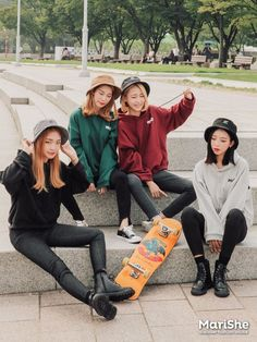 Come across design and style hoodies for mothers of the period, modern hoodies series. We've cute as well as cheap hoodies for girls to maintain you trendy. Korean Fashion Trends, Korean Street Fashion, Korea Fashion, Asian Fashion, Look Fashion, Girl Fashion, Fashion Outfits, Fashion Photo, Yoon Ara