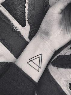 Beau tatouage pour femme géométrique, toute simple ♥  Simple, elegant women's wrist tattoo - superposed triangles ♥