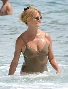 Pin for Later: Goldie Hawn Rocks the Hell Out of a Swimsuit on Her Hawaiian Vacation