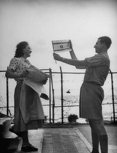 Happy Jewish family considers the Israeli flag after the end of the British Mandate Israel History, Jewish History, Rare Photos, Old Photos, Vintage Photos, Israel Palestine, Jerusalem Israel, Israeli Flag, Naher Osten