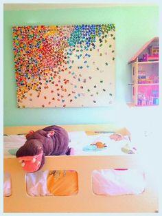 Me gustan los rompecabezas. Cuando estaba embarazada de Stella, hice este cuadro (que al final acabó en el cuarto de las gemelas). Es un lienzo y pegué piezas de dos puzzles encima. Escogí los puzzles especialmente por sus colores y Rizzi me gusta. Sólo necesitas un lienzo del tamaño que quieras, piezas de puzzles, pegamento …