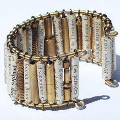 corde di chitarra, carta, pezzi di metallo e piccoli componenti di recupero da orologi