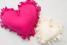Cómo hacer un cojín corazón sin costuras - Guía de MANUALIDADES K Crafts, Fabric Crafts, Backrest Pillow, Coin Purse, Pillows, Crochet, Kids, Ideas Para, Patio