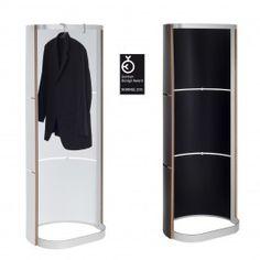 Die Standgarderobe zum Bügel. Der innovative Garderobenrücken ermöglicht einen Einsatz als leichter Sichtschutz und Raumteiler z.B. im Office,  in Showrooms oder auch zu Hause. Die Kleidungstücke können dabei durch ein Eindrehen der Garderobe bei Bedarf verdeckt werden. Auf diese Weise entsteht ein ruhiges, angenehmes Raumbild.UD1-Kreativ ….Der Garderobenrücken kann beschriftet, bemalt, gesprayt oder als Pinnwand genutzt werden. Ein aufgebrachtes Firmenlogo unterstützt werbewirksam. Die…
