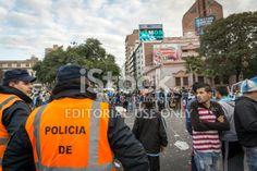 Córdoba, Argentina - 1 de julio de 2014, los fans argentinos celebran en el centro de la ciudad, causando disturbios con la policía, tras el partido ante Suiza el 1 de julio de 2014 en Córdoba, Argentina. Argentina ganó el partido 1-0.