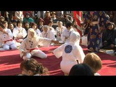 【動画】<糸島へ行こう!>みんなが笑って福来る!「ふいご大祭・目隠し女相撲」  糸島市二丈松末にある松末五郎稲荷神社で12月8日(日)、毎年恒例の「ふいご大祭」が行われました!   この神社は昭和7年に松末に住む全盲の松崎豊太さんに突然稲荷神が憑依し、自らを祀るように告げたことがきっかけとなりこの頃に建立されました。また、ふいご祭りの「ふいご」は農耕具をつくるための道具のことで、農作物の豊作に感謝するという意味を込められたのが祭りの名前の由来です。