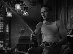 Marlon Brando tomándose una cerveza a su manera en:Un tranvía llamado Deseo, A Streetcar Named Desire, 1951, Elia Kazan