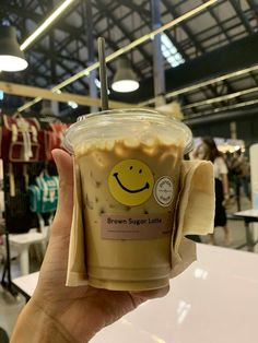 (1) @makakiavelli/🦋 / Twitter Aesthetic Coffee, Aesthetic Food, Cute Food, Yummy Food, Iced Latte, Food Cravings, Recipe Of The Day, Coffee Drinks, Iced Coffee