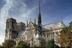 Parigi, la Cattedrale Notre-Dame con la sua imponente facciata è maestosa con vista panoramica dalla piazza. Tutti si innamorano di Parigi e dei suoi monumenti. Crea i tuoi ricordi con Bontourism®, Tutta l'Arte del Viaggio