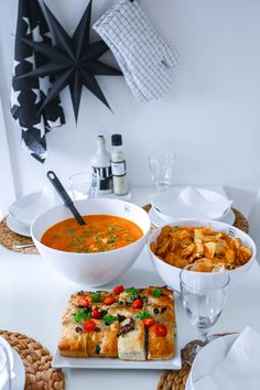 Spicy kyllingsuppe - Kristina Andersen Spicy Chicken Soup, Drinks Logo, Healthy Living Quotes, Recipe Boards, Dinner Dishes, No Bake Desserts, Food Videos, Curry, Food And Drink