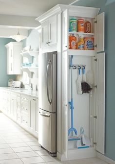 Narrow closet for cleaning supplies! para un lado del refri, como un cajon grande.
