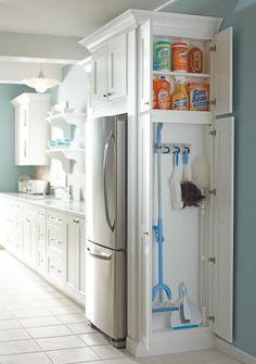Narrow closet for cleaning supplies! para un lado del refri, como un cajon grande.