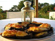 recipe: Greek Melitzanes Gemistes (Stuffed eggplants from Lesvos island) - Because Greek Food is not only souvlaki, lamb and moussaka Vegetable Recipes, Vegetarian Recipes, Cooking Recipes, Healthy Recipes, Greek Dinners, Greek Appetizers, Yummy Eats, Recipe Today, Mediterranean Recipes