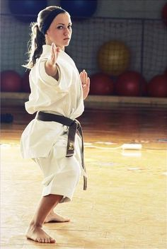 Taekwondo Girl, Karate Girl, Martial Arts Clothing, Martial Arts Women, Shotokan Karate, Female Martial Artists, Hapkido, Female Pictures, Art Poses