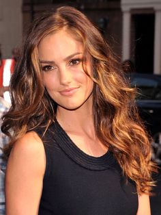 "Minka Kelly's layers are also long, but there are more of them and they are less chunky than Vergara's, starting higher up and going from the chin down. ""Minka's cut has more layers that are chopped into the bottom for lightness, which she can get away with because her hair is thick,"" says Maciques."