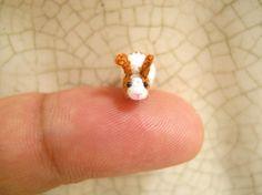 El micro mini blanco conejo marrón de ganchillo sólo por el solo bordado hilos, ojos plásticos tubular negros cosidos micro y rellenos por polyfil.