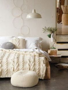 クッションやベッドカバーもニットにすれば、ベッドルームも暖かく。