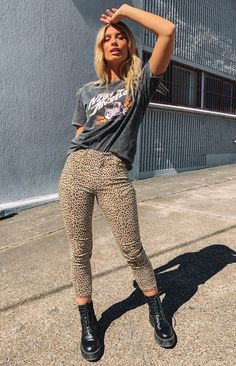 Add some flair to your day-look with the Sinead Pants in Leopard and be ready to take on that concrete jungle in style! Pair with a printed tee and boots to add some edge to your outfit. Mode Outfits, Trendy Outfits, Fall Outfits, Fashion Outfits, Womens Fashion, Simple Edgy Outfits, Late Summer Outfits, Fashion Skirts, Fashion Tips