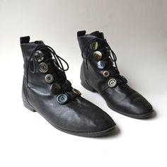 80s vintage nero stivaletti in pelle con non corrispondenti bottoni laccetti decorativi / L. J. Simone / Made in Brasile