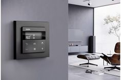 Gira zeigt ein Wohnzimmer mit formshöner Smart Home Temperaturregelung. Gira | www.gira.at Smart Home, Modern, Home Technology, Nice Designs, Shades Blinds, Living Room, Homes, Smart House, Trendy Tree