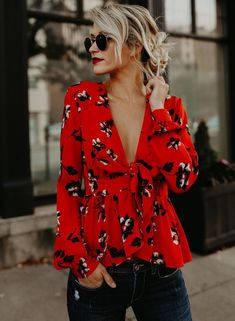 Boho Chic Floral Print Blouse - rote Bluse, weiblicher Look, Outfit Frauen Blouse Peplum, Tie Blouse, Printed Blouse, Floral Blouse Outfit, Peplum Tops, Sexy Blouse, Ruffle Blouse, Mode Outfits, Casual Outfits
