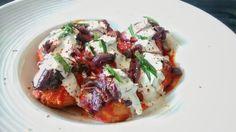 Albóndigas rellenas de nueces y ciruelas pasas con salsas de Tomate y azafran y de yogur y cebolla roja caramelizada y albahaca.