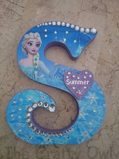 Decorated wooden letters can have any character theme added to them. Styles will vary depending on the letter. Name Crafts, Letter A Crafts, Diy Crafts For Gifts, Painting Wooden Letters, Diy Letters, Letters Decoration, Frozen Wreath, Wood Letters Decorated, Letter K Design