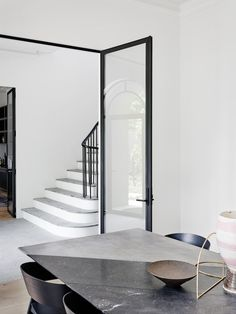 Toorak 2 sees Melbourne-based interior design and architecture studio Robson Rak pare back a Georgian-style home to reveal and enhance its inherent elegance. Interior Design Blogs, Interior Design Inspiration, Interior Styling, Interior Decorating, Design Ideas, Home Modern, Mid-century Modern, Modern Contemporary, Interior Architecture