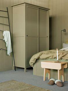 Vår nye grønnfarge LADY 8546 Local Green, gjenspeiler hytta fargene fra verden utenfor. Naturens grønne nyanser flytter inn, og frodige Local Green gir assosiasjoner til det varige og ekte. Fargen virker betryggende, samtidig som den skaper en forbindelse med omgivelsene utenfor hjemmets lune vegger. Jotun Lady, Interior Architecture, Interior Design, Green Rooms, Wonderwall, Recycled Furniture, Scandinavian Interior, Ikea Hacks, Cribs