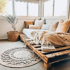 100 DIY Pallet Bed Frame Designs - Easy Pallet Ideas Try these 100 DIY pallet bed frame ideas to Inspire your daily pallet wood recycling to make easy pallet projects! Try to get free pallets to make your bed! Wood Pallet Beds, Diy Pallet Bed, Pallet Ideas Easy, Pallet Furniture, Pallet Daybed, Diy Bed Frame Pallet, Boho Bed Frame, Diy Daybed, Pallett Bed