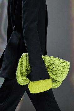 Bottega Veneta Fall 2020 Ready-to-Wear Fashion Show - Vogue Spring 2015 Fashion, Autumn Fashion, Fashion Bags, Fashion Show, Milan Fashion Weeks, London Fashion, Autumn Street Style, Knitted Bags, Knit Bag